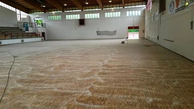 Levigatura attenta e mirata per il pavimento sportivo in legno