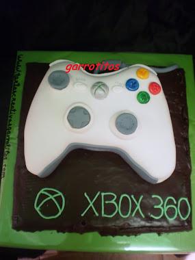 tarta con forma de mando de la XBOX 360 sobre base de chocolate