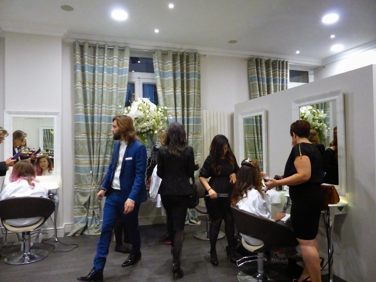 dame skarlette inauguration du nouveau salon lucie saint clair. Black Bedroom Furniture Sets. Home Design Ideas