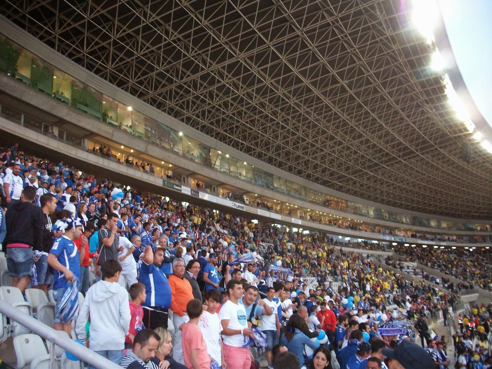 Afición tinerfeña en el estadio de Gran Canaria. Derbi año 2014