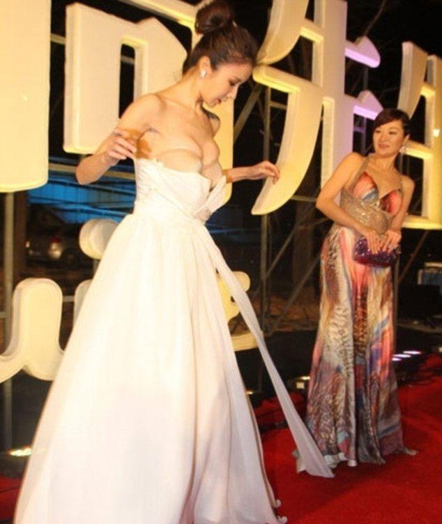 ... KASIHAN !! Gaun Melorot , Payudara Mantan Pacar Pemain China Menyembul