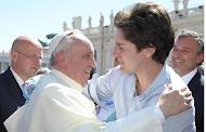 El Papa saluda a Nicolás García Mayor artífice de las viviendas para refugiados