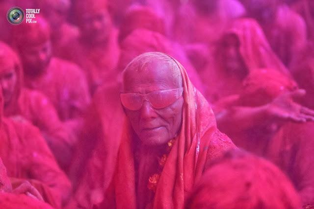 Индусы празднуют Холи в храме в городе Барсана, штат Уттар-Прадеш, Индия. (Vivek Prakash/REUTERS)