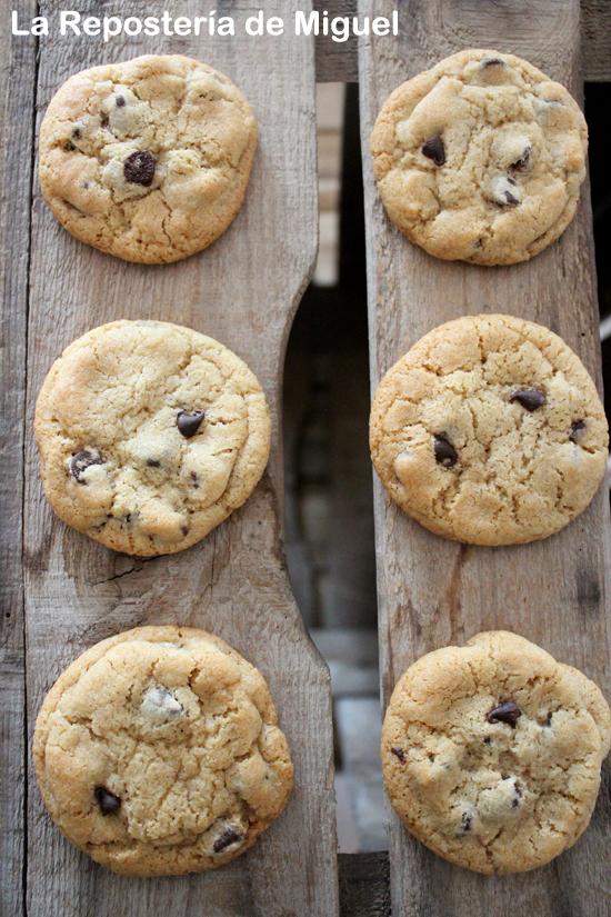 6 galletas con trocitos de chocolate vistas desde arriba en dos filas paralelas de 3 galletas cada una.