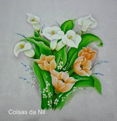 copos de leite e tulipas pintadas em tecido