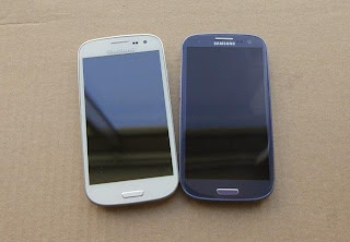 On hand fake phone Galaxy S4 and Galaxy S4 phone genuine
