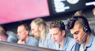 FERDOWSI (kanan) yang mempunyai gaya rambut Mohawk duduk di dalam makmal Pentadbiran Aeronautik dan Angkasa Lepas Kebangsaan di Pasadena pada Ahad lalu.