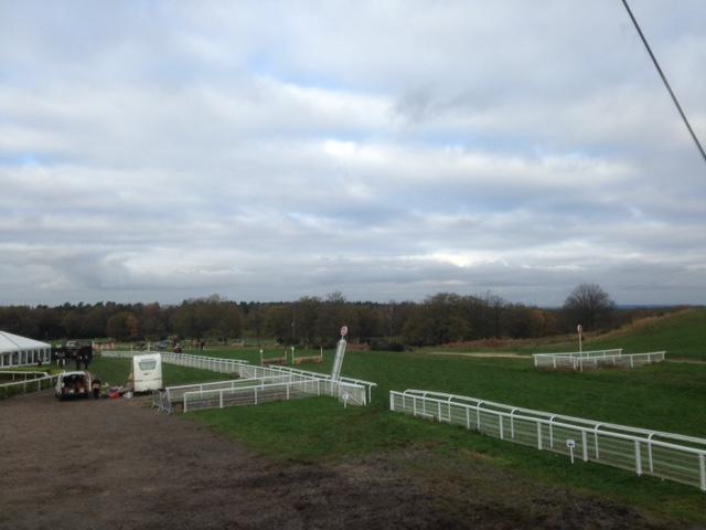 Tweseldown Racecourse uitzicht vanaf de tribune richting het spring gedeelte.