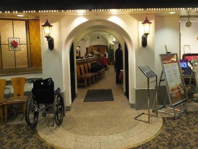 アサヒビアホールの地下1階の入口。