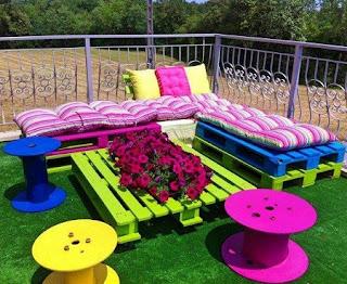 Terraza con Muebles Reciclados, Palets y Carretes