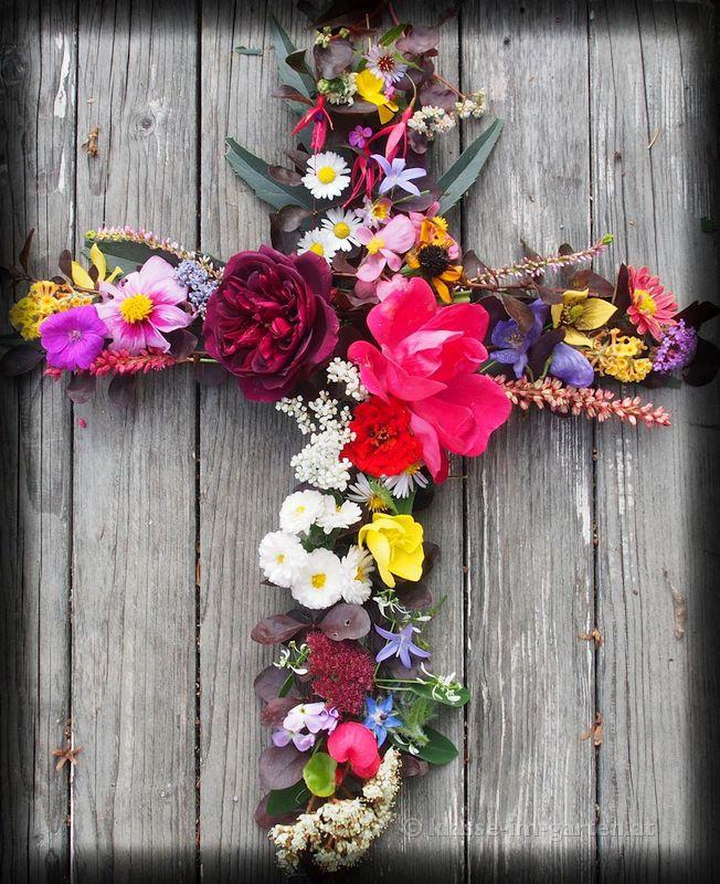 Blumenkreuz, gelegt für einen lieben Verwandten, der knapp vor Allerheiligen starb