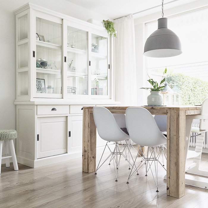 Una luminosa vivienda decorada en madera blanco y gris puntxet tienda online y talleres de - Ikea vitrinas comedor ...