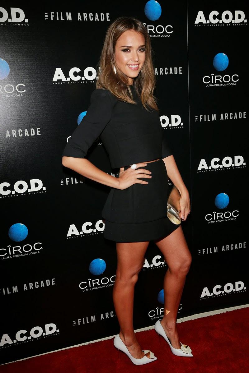Upskirt Celebs: Jessica Alba's legs make me hot