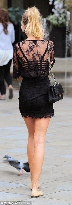 الجميلة كيمبرلي غارنر في ثوب أسود قصير