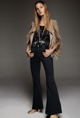 Free People moda estilo hipie pantalón campana y chaqueta flecos