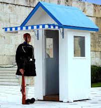 """""""אבזונס"""" הם חיילי המישמר היווני בביניין הפרלמנט באתונה"""