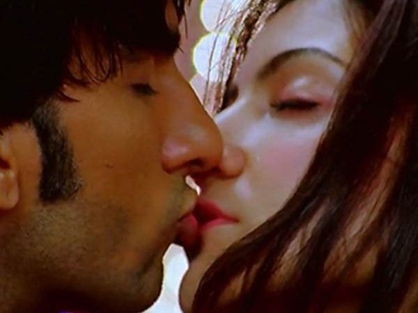 anushka sharma hot kissing scene