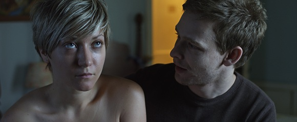 Gretchen Lodge e Johnny Lewis em ADORÁVEL MOLLY (Lovely Molly)