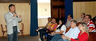 Diretor do DRM-RJ, Cláudio Amaral, apresenta o projeto de elaboração da carta geotécnica de aptidão urbana durante oficina técnica