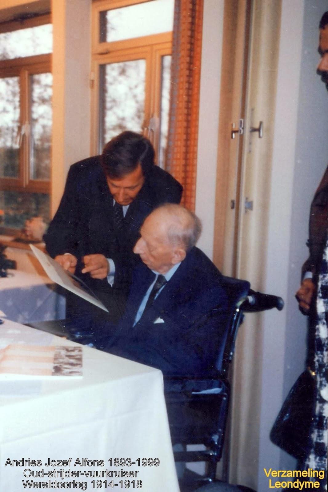 Joseph Alfons Andries 1893-1999, krijgt het bezoek van de Antwerpse gouverneur Camille Paulus