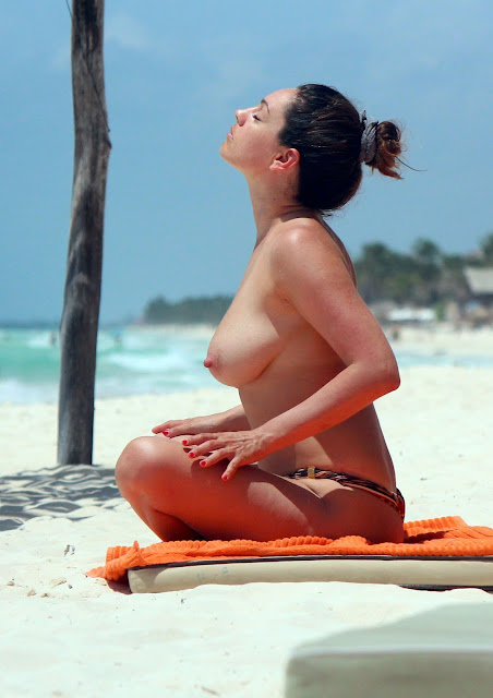 Kelly Brook Topless Big Boobs Bikini Candids On The Beach In Cancun indianudesi.com