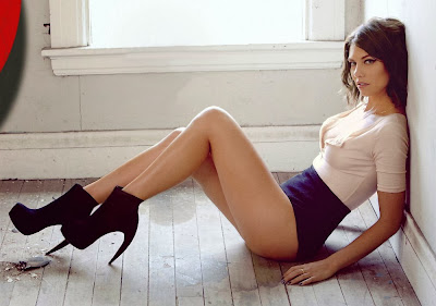 Hot actress Lauren Cohan shows her sexy legs