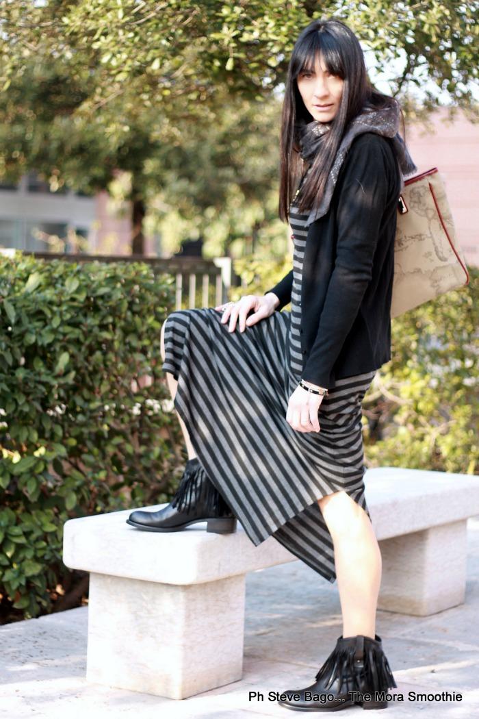 pala buonacara, fashion, fashionblog, fashionblogger, italian fashion blogger, fashion blogger italiana, abito a righe, dress, boots, fringe boots, studiocreazioni, bag, alvieromartini, collana piume, righe frange piume, righe, frange, piume, come indossare abito righe, come indossare frange, stivaletti con le frange, look, outfit, ootd, abito a righe, borsa alviero martini