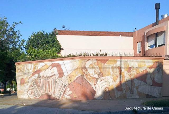 Mural en esquina de una propiedad de uso familiar estilo Contemporáneo