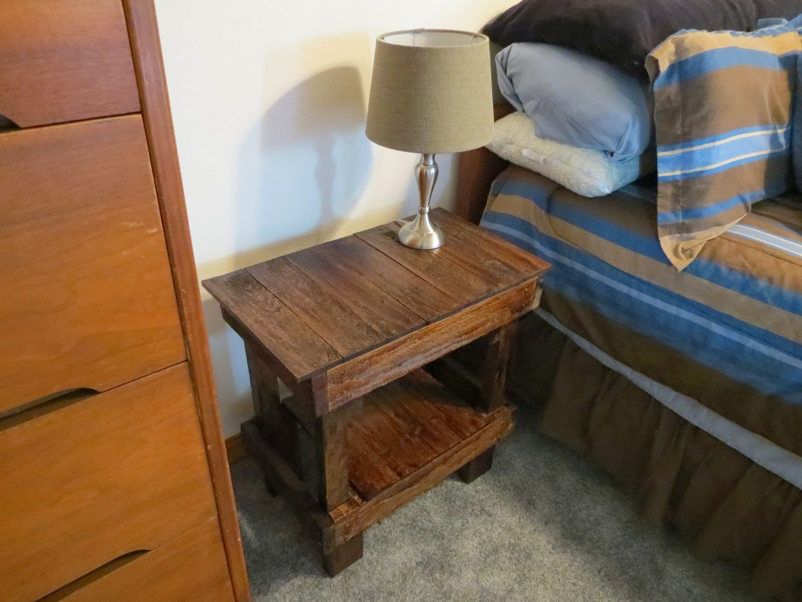 how to make a bedside table out of a pallet