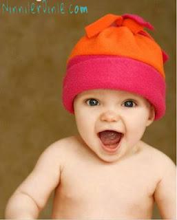 Kırmızı Başlıklı Gülen Bebek