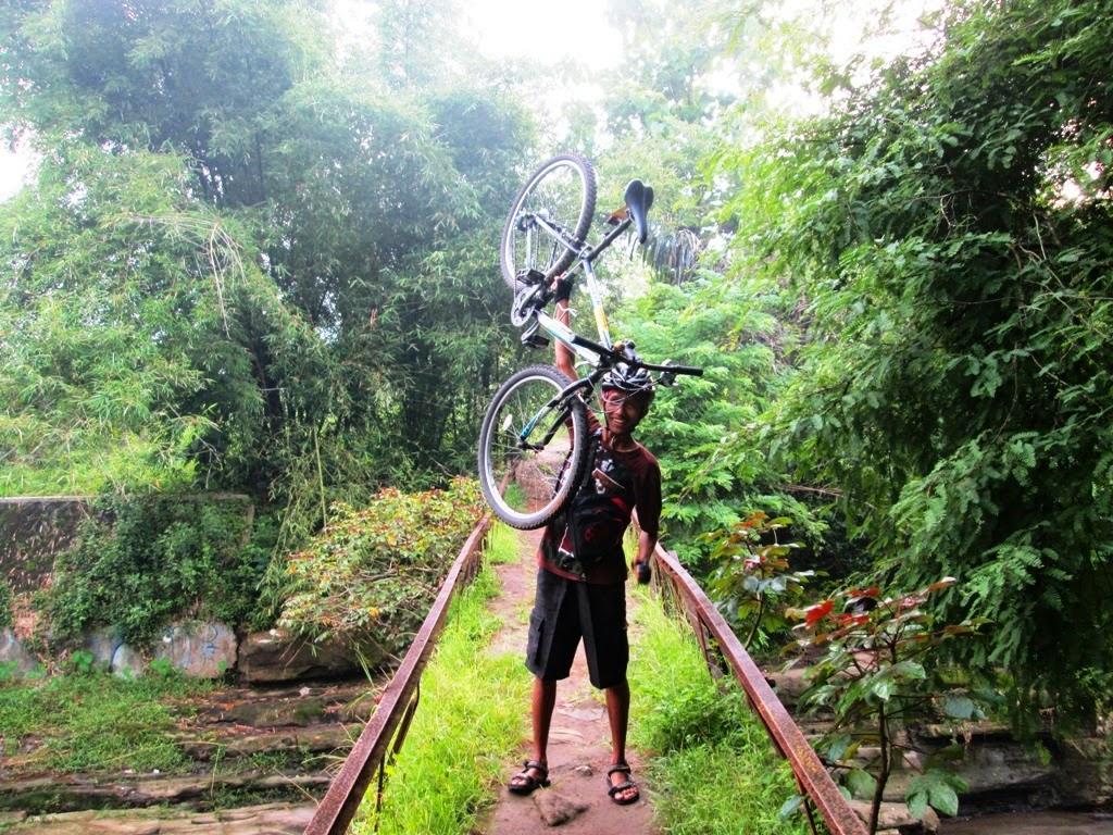 Angkat sepeda dulu