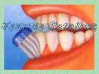 Escovando a face externa dos dentes inferiores.