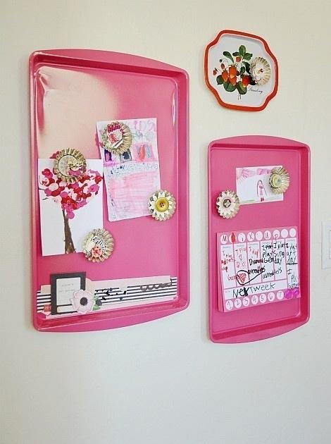 Baki bisa jadi tempat menyimpan foto di pintu kulkas