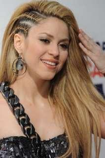 Si deseas un estilo rápido y simple,la mejor opción es llevar el pelo suelto para transformar tu aspecto delicado. Aquí ejemplos de Trenzas con pelo suelto