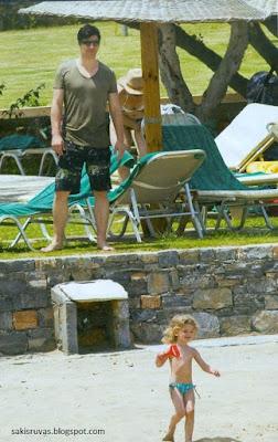 На фото: Греческий певец Сакис Рувас со своим ребенком