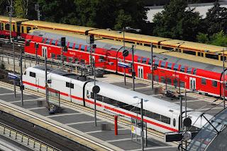 Bahnverkehr + Regionalverkehr: Lichtenrader demonstrieren für Tunnel am S-Bahnhof Fernzüge sollen den Bahnhof Lichtenrade künftig ebenerdig passieren. Anwohner befürchten jedoch eine massive Lärmbelästigung und eine Teilung des Bezirks. Sie fordern eine Tunnel-Variante., aus Berliner Morgenpost