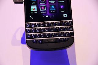 ¿Estás esperando el BlackBerry Q10? Te traemos estás 5 razones para que te emociones un poco más al leer todo lo nuevo que va a traer esté dispositivo BlackBerry Q10, El cual se dice que saldrá a la venta a finales de Mayo o principios de Junio, Aquí las 5 cosas que debes saber sobré esté dispositivo: El teclado es más grande, El BlackBerry Q10 tiene un diseño de teclado recto, y es más ancho que el de los anteriores teléfonos inteligentes BlackBerry. Los trastes de metal entre las teclas son también más grandes, ofreciendo un atractivo diseño. El BlackBerry