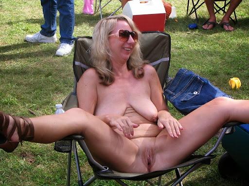 Nackt Bilder : Zeigegeile Tussi mit langen Möpsen   nackter arsch.com