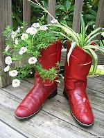Саксии с цветя от стари ботуши