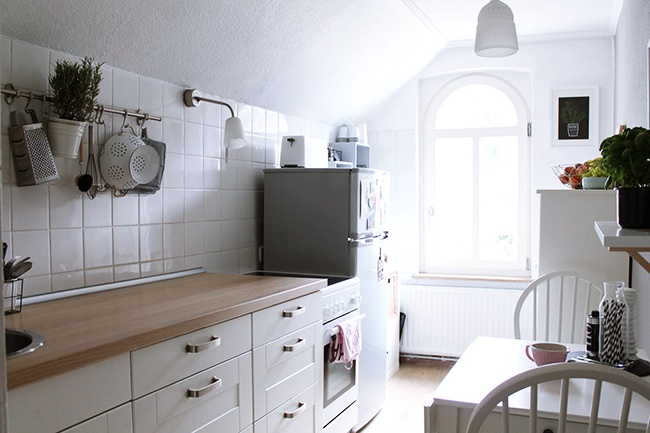 Boho deco chic una bonita y coqueta cocina blanca for Cocinas bonitas blancas