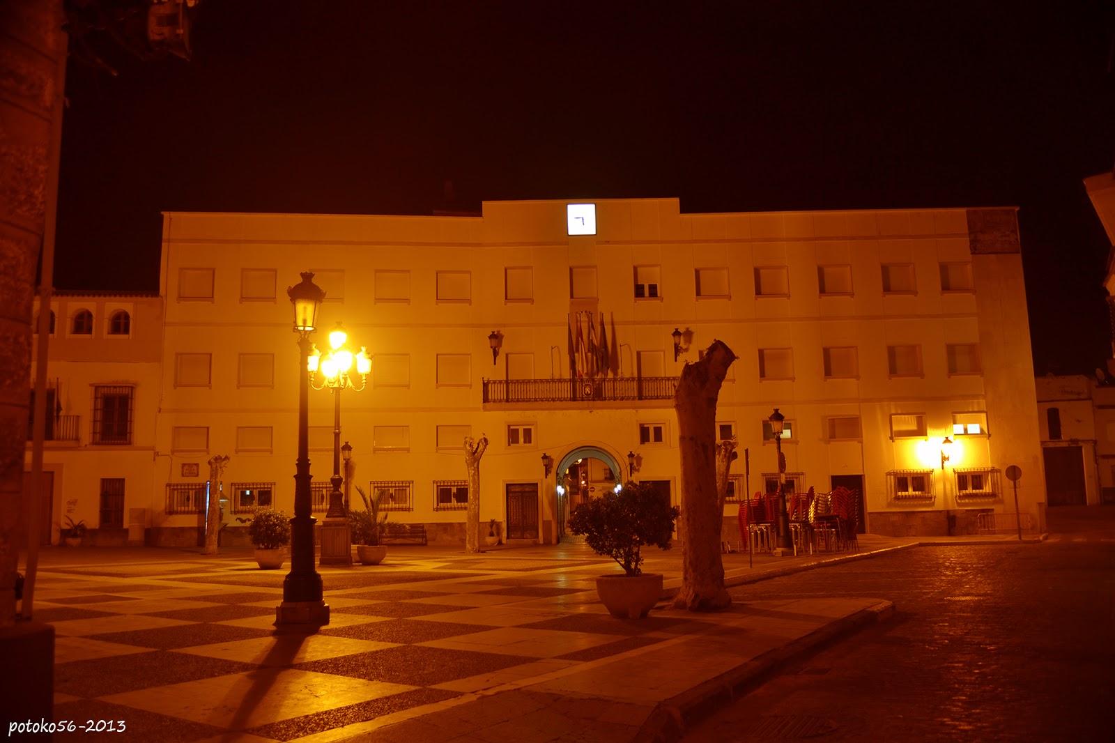 La noche vista de la Plaza de España y Ayuntamiento de Rota