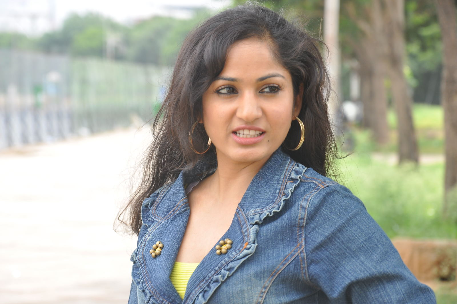 Madhavi latha new look hot photos