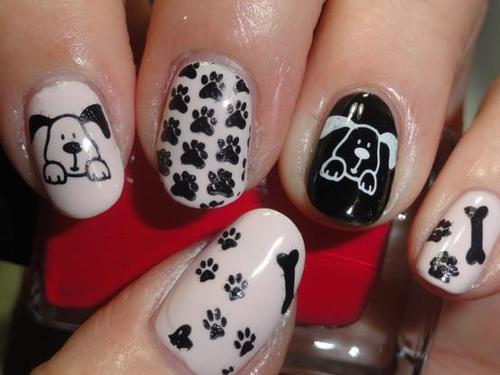 Uñas decoradas de huesos, huellas y perros color blanco y negro para que lleves la presencia de tu