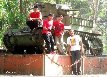 Berpose di bawah Tank