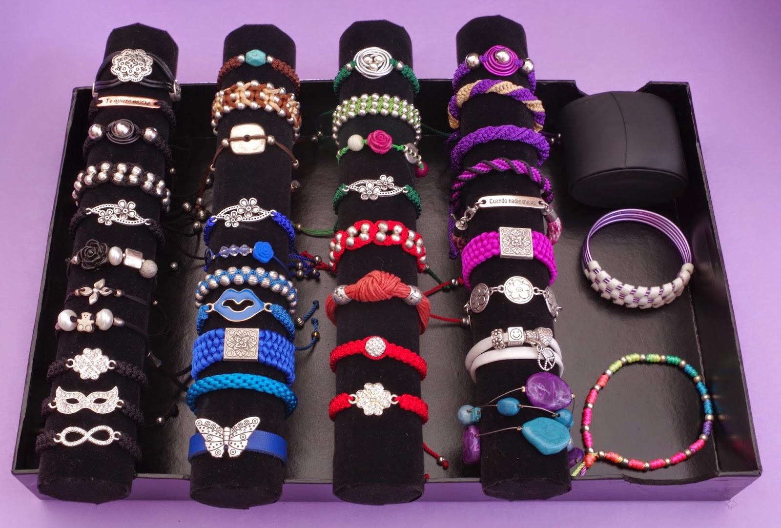 Otra idea, que me fabriqué yo misma, para guardar y mantener ordenadas mis  pulseras es ésta. Y también hice un organizador para mis anillos