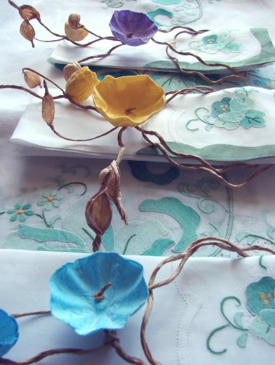 Collana segnaposto e coroncina con fiori di carta per matrimonio. Wedding paper napkin rings