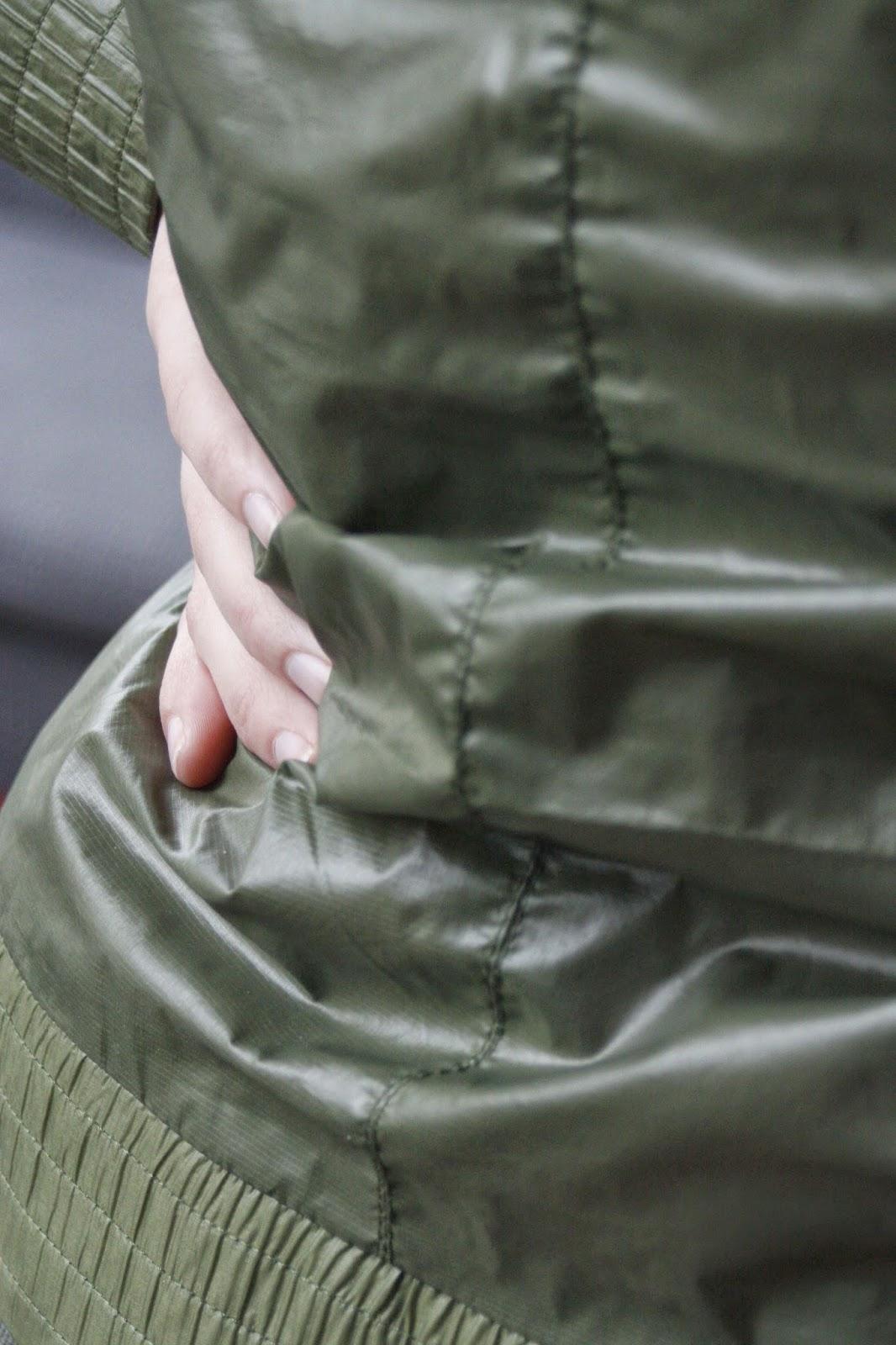 R' hand on her waist