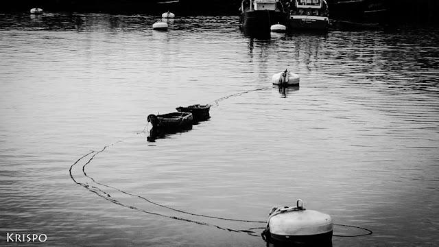 dos barcas y dos boyas en el puerto