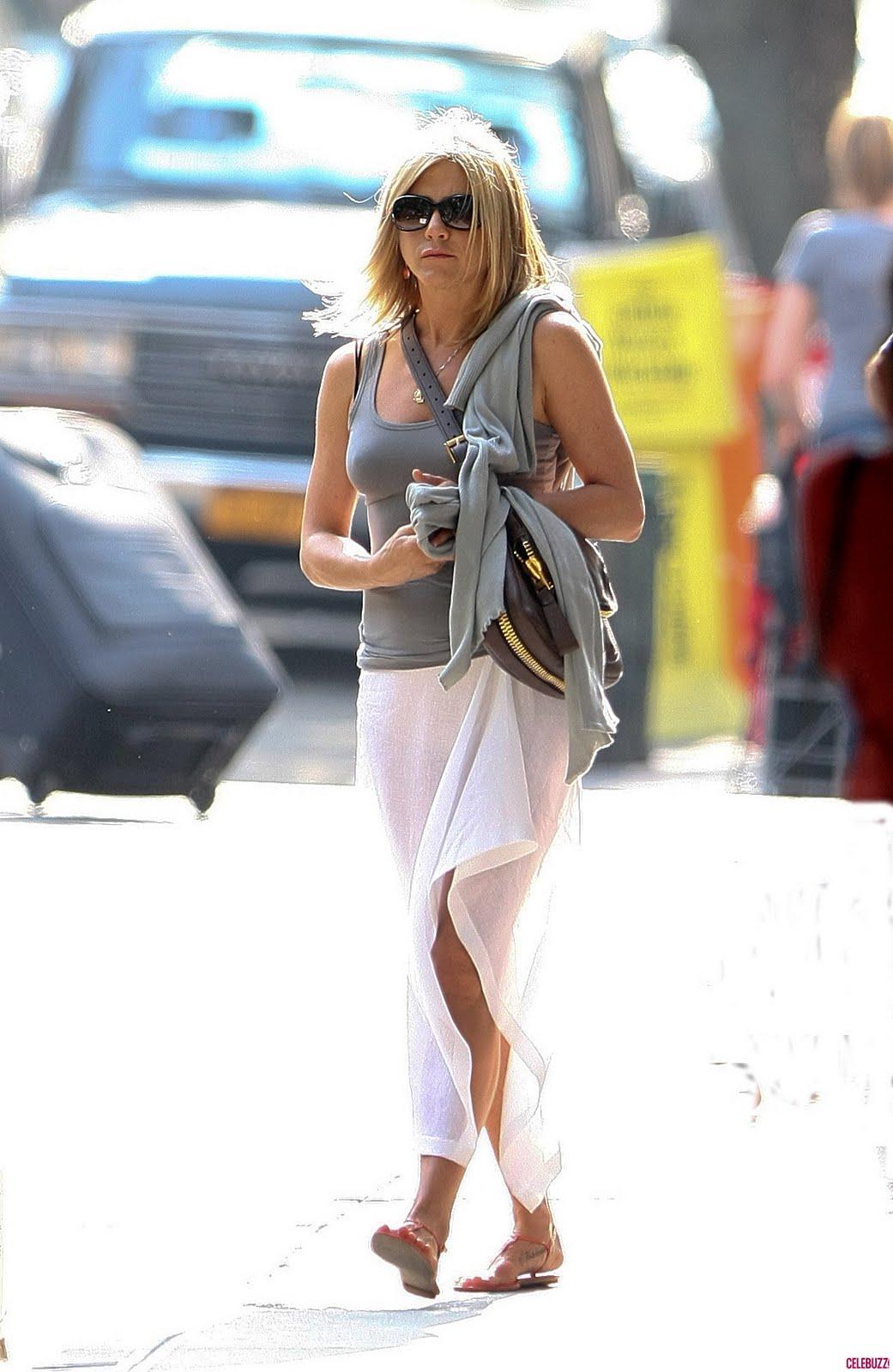 http://1.bp.blogspot.com/-rLcRvbzNBvg/TgLdzUHqLYI/AAAAAAAAJWw/Uy7v9TCmLaE/s1600/jennifer-aniston-skirt-nyc-6-1152x1771.JPG