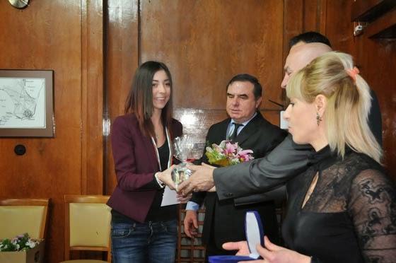 Кметът на Бургас Николов награждава Камелия Колева за Спортист на годината
